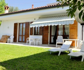 Holiday home with private garden, about 1 km from the lake